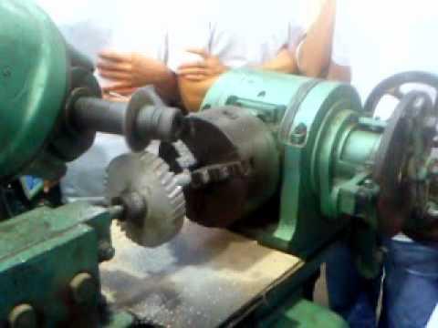 Công nhân đứng máy gia công cơ khí